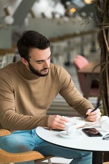高角度の男性起業家の作業
