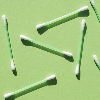 Вид сверху ассортимент с ватными палочками
