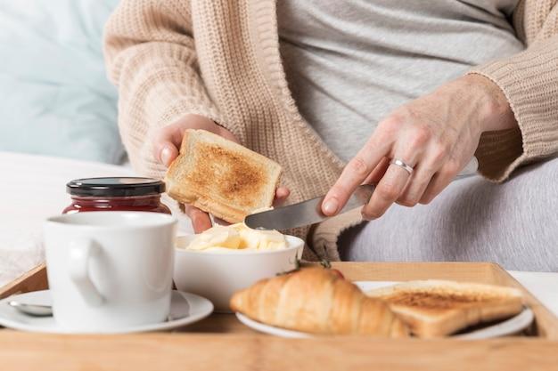 ブランチを食べるクローズアップ妊娠中の女性