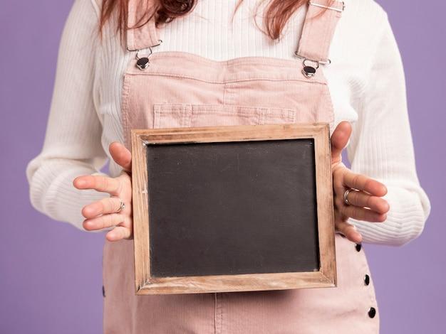 Макро беременная женщина, держащая кадр