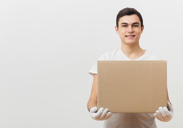 Вид спереди мужчина держит коробку доставки