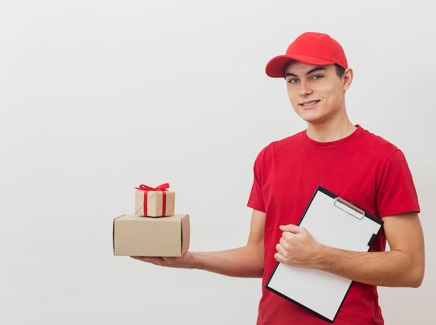 Работник службы доставки смайликов с пакетами