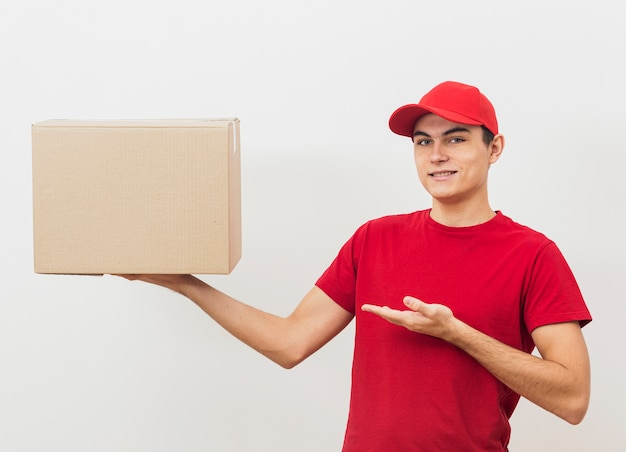 Вид спереди доставщик показывает коробку