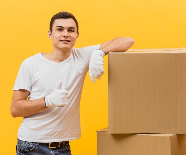 Вид спереди доставщик показывает знак ок