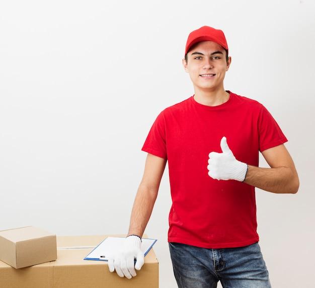 Молодой доставщик показывает знак ок