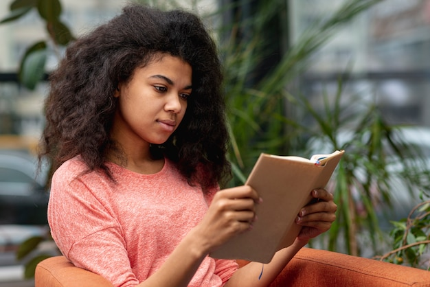 肘掛け椅子の読書の女の子