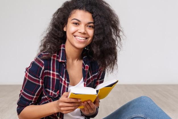 本を読んでスマイリーの女の子