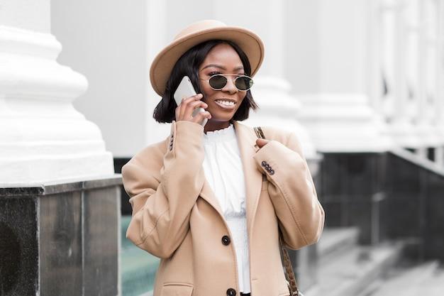 Модная женщина разговаривает по телефону