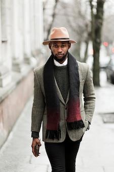 Вид спереди красивый мужчина в серой куртке ходьбе
