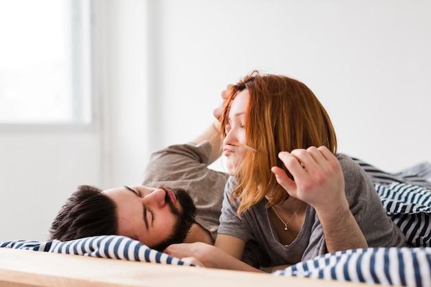 一緒に幸せな朝のカップル
