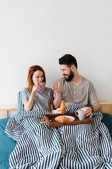 ベッドと毛布での朝の朝食