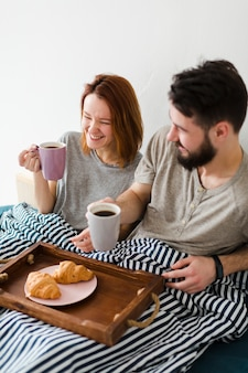 ベッドとカップルでの朝の朝食