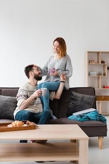 ソファに座ってリビングルームのカップル