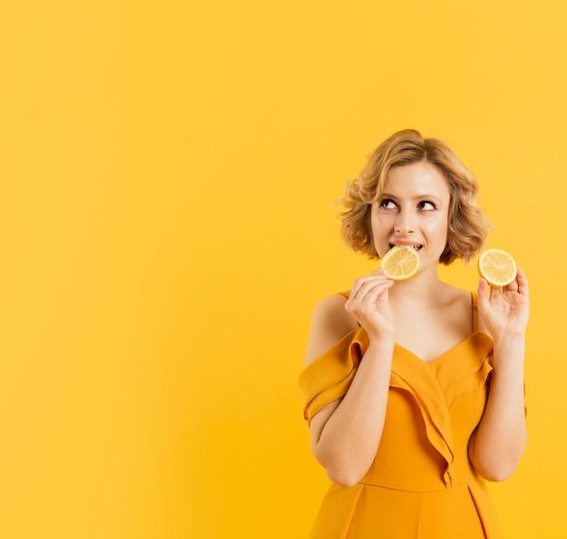レモンを食べる正面の女性