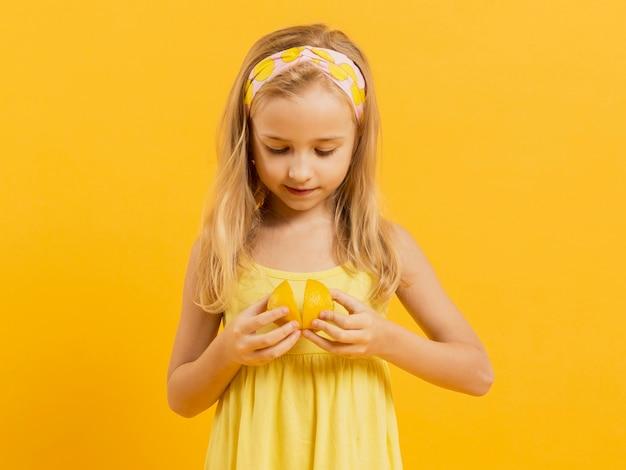 レモンを持って女の子の正面図