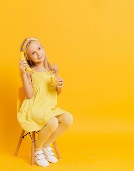 ポーズをしながらバナナのふりをしている女の子は電話です。