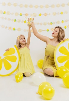 女性と女の子のレモネードで乾杯