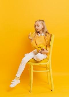 ジュースを飲みながらポーズの女の子の正面図