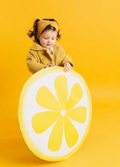 レモンスライスの装飾を押しながらポーズかわいい子