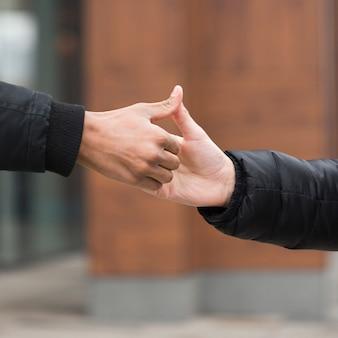 個人的な敬礼と友情の概念