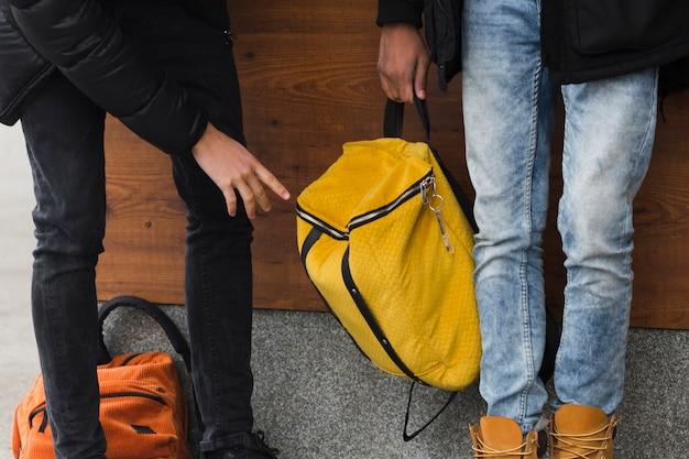 黄色のバックパックでクローズアップ男