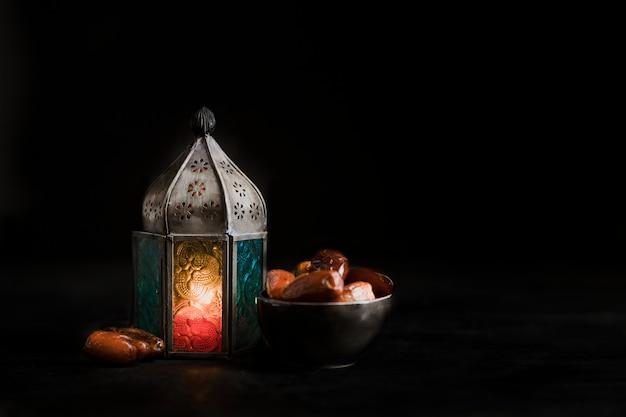 ラマダンの日のハイアングルキャンドルとスナック