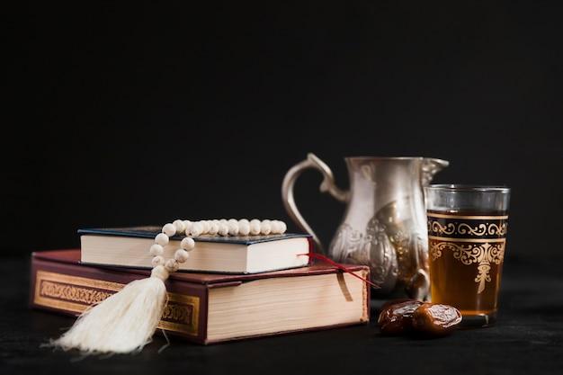 テーブルの上のコーランの本とティーポット