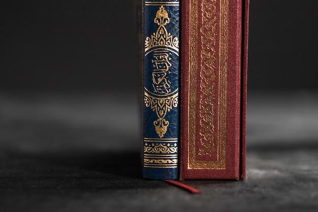 テーブルの上のコーランの本をクローズアップ