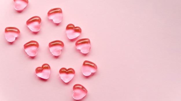 Плоская лежащая простая коллекция сердца на столе