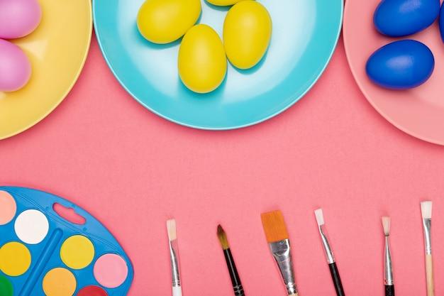 Процесс окраски пасхальных яиц