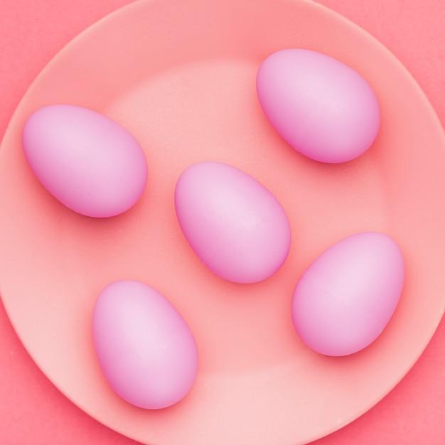 Вид сверху крашеные яйца на тарелке