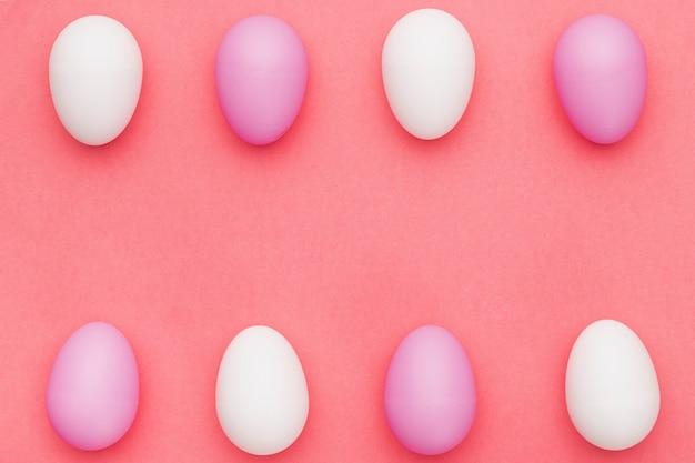 Белые и фиолетовые яйца на столе