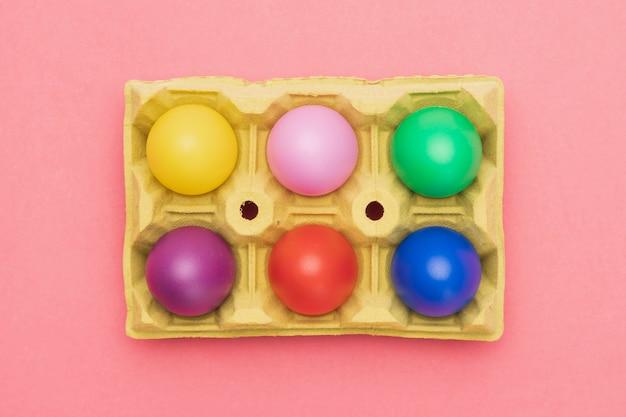 Вид сверху на опалубку с разноцветными яйцами