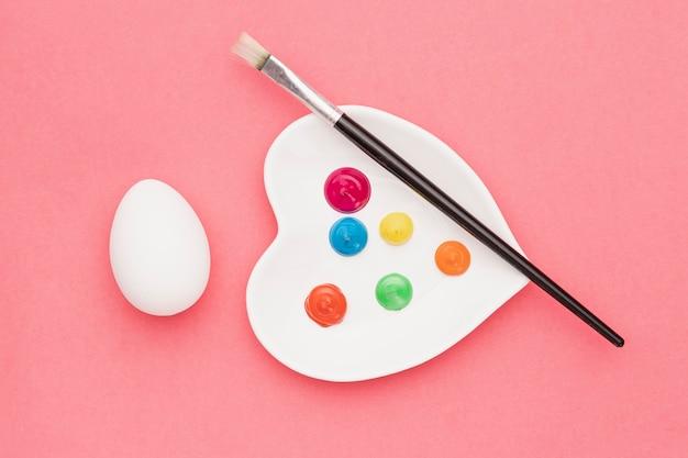 トップビューブラシと卵の横の水彩画