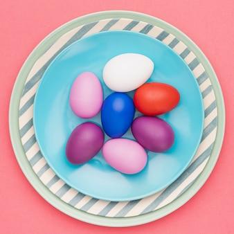 Вид сверху тарелка с крашеными яйцами