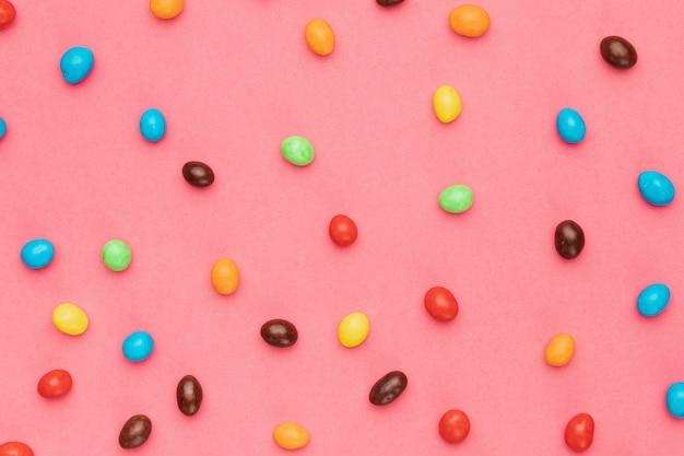 Плоские положите маленькие цветные яйца на стол