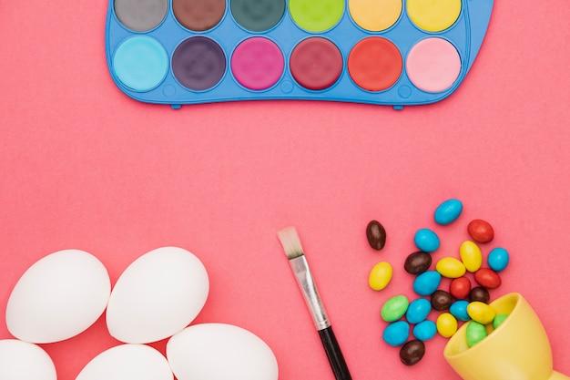 Яйца на столе подготовлены к покраске