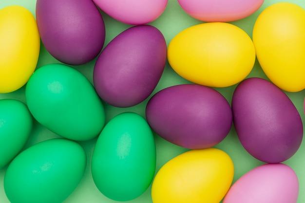Коллекция цветных яиц крупным планом