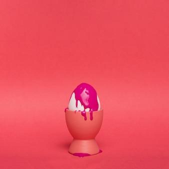 紫色のペンキでサポートされているコピースペースの卵