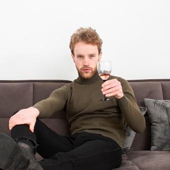 Портрет молодой мужчина пьет вино