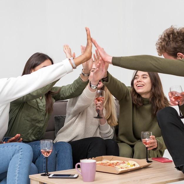 Друзья под низким углом дают пять