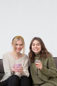 ワインを飲む若いガールフレンド