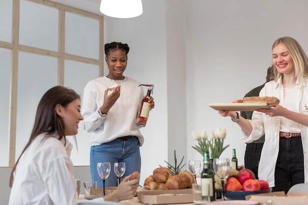 家で昼食を食べている若い女性