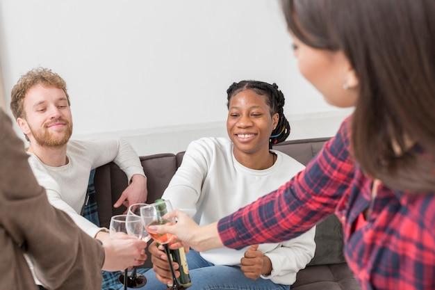 家庭での女性の乾杯