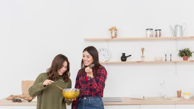 昼食を食べている若い女性