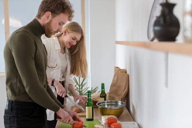 Мужчина и женщина готовят обед