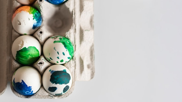Вид сверху крашеные яйца на пасху