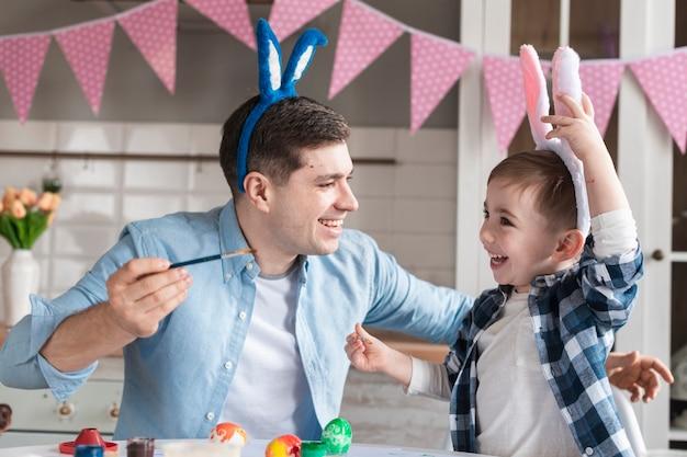 Прелестный маленький мальчик, играя с отцом
