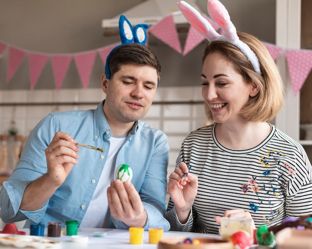 Счастливый отец и мать, роспись пасхальных яиц