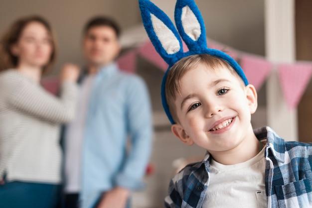 Портрет прелестный маленький мальчик с ушками зайчика улыбается